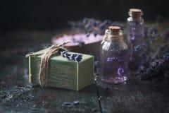 Concept spa θεραπεία Το φυσικό χειροποίητο σαπούνι, φρέσκο lavender ανθίζει με το φυσικό χειροποίητο lavender πετρέλαιο, άλας θάλ Στοκ Εικόνες