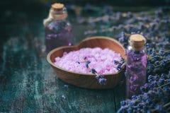 Concept spa θεραπεία Φρέσκα lavender άνθη με το φυσικό χειροποίητο lavender πετρέλαιο, άλας θάλασσας Στοκ φωτογραφίες με δικαίωμα ελεύθερης χρήσης