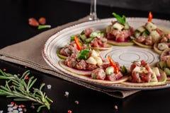 Concept Spaanse keuken Voorgerecht Tapas Vers tonijntandsteen, mosselen, komkommer, appel, citroen, bittere, groene uien, olijfol stock foto's