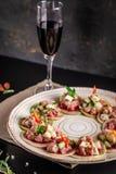 Concept Spaanse keuken Voorgerecht Tapas Vers tonijntandsteen, mosselen, komkommer, appel, citroen, bittere, groene uien, olijfol stock fotografie