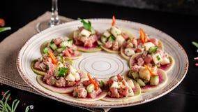 Concept Spaanse keuken Voorgerecht Tapas Vers tonijntandsteen, mosselen, komkommer, appel, citroen, bittere, groene uien, olijfol royalty-vrije stock afbeeldingen