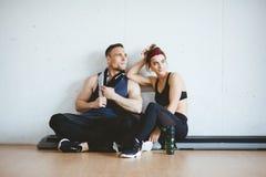 Concept sportif de gymnase de forme physique de Couple Lifestyle Fit d'athlète Photos libres de droits