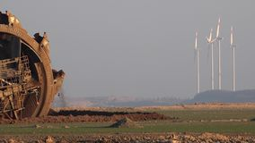 Concept steenkoolmacht tegen windenergie stock video