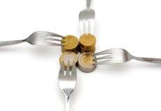 Concept strakke begroting met muntstukken en vork Royalty-vrije Stock Afbeeldingen