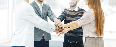 Concept succes in zaken: vriendschappelijk commercieel team die zich in een cirkel bevinden en bij zijn handen zich samen aanslui Royalty-vrije Stock Foto's