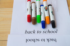 Concept terug naar school Blad van document met tekst terug naar school en kleurrijke tellers Stock Foto's