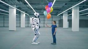 Concept toekomst Één meisje die ballons voorstellen aan een droid, zijaanzicht