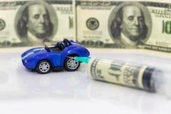 Concept: toenemende prijzen van brandstof en benzine voor het van brandstof voorzien van voertuigen stock foto's