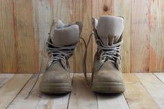 Concept toujours de photographie d'art de la vie avec des bottes sur le fond en bois image stock