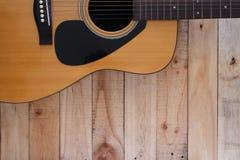 Concept toujours de photographie d'art de la vie avec la guitare sur le backgroun en bois photos libres de droits
