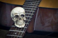 Concept toujours de photographie d'art de la vie avec le crâne et la guitare image libre de droits