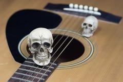 Concept toujours de photographie d'art de la vie avec le crâne et la guitare photographie stock libre de droits