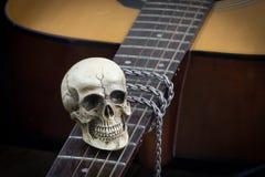 Concept toujours de photographie d'art de la vie avec le crâne et la guitare images stock