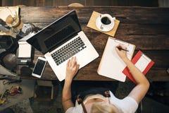 Concept travaillant de commande de propriétaire d'ordinateur portable de café de café image libre de droits