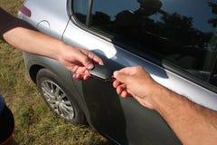 Concept twee zakenlieden wanneer het verkopen van een auto in een motorshow, c royalty-vrije stock fotografie