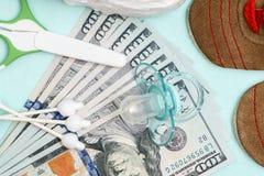 Concept uitgaven en uitgave voor behoeften van pasgeboren baby of zuigeling stock foto's