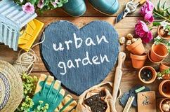Concept urbain de jardin manuscrit sur un coeur d'ardoise photos stock