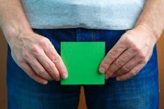 Concept urinaire ou de prostate de problèmes L'homme tient la note d'autocollant près de la fourche photo libre de droits