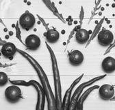 Concept végétarien d'art Les tomates-cerises ont mis près des poivrons de piment comme décoration images stock