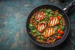 Concept végétarien de nourriture Plat sain de lentille avec les épinards et le fromage frit en faisant cuire la casserole sur le  images libres de droits