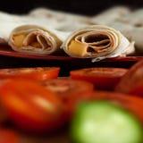 Concept végétarien sain de petit déjeuner : tacos roulé de fromage de plat rouge avec les tomates et les concombres coupés en tra Image libre de droits