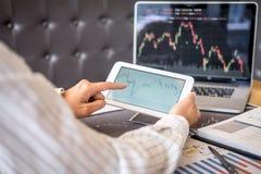 Concept van de beursmarkt, Bedrijfsinvesteerder of voorraadmakelaars die een planning hebben en met het vertoningsscherm analyser royalty-vrije stock foto's