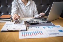 Concept van de beursmarkt, Bedrijfsinvesteerder of voorraadmakelaars die een planning hebben en met het vertoningsscherm analyser royalty-vrije stock afbeelding