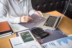 Concept van de beursmarkt, Bedrijfsinvesteerder of voorraadmakelaars die een planning hebben en met het vertoningsscherm analyser royalty-vrije stock foto
