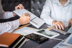 Concept van de beursmarkt, Team van investering of voorraadmakelaars die een overleg hebben en met het vertoningsscherm analysere royalty-vrije stock afbeelding