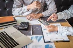 Concept van de beursmarkt, Team van investering of voorraadmakelaars die een overleg hebben en met het vertoningsscherm analysere royalty-vrije stock foto