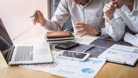 Concept van de beursmarkt, Team van investering of voorraadmakelaars die een overleg hebben en met het vertoningsscherm analysere royalty-vrije stock afbeeldingen