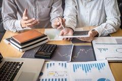 Concept van de beursmarkt, Team van investering of voorraadmakelaars die een overleg hebben en met het vertoningsscherm analysere stock afbeeldingen