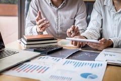 Concept van de beursmarkt, Team van investering of voorraadmakelaars die een overleg hebben en met het vertoningsscherm analysere stock foto