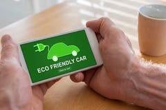 Concept van de Eco het vriendschappelijke auto op een smartphone royalty-vrije stock afbeeldingen