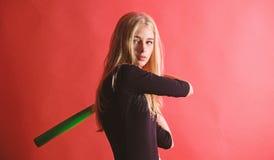 Concept van de honkbal het vrouwelijke speler Verzacht maar passend Schop weg Geconcentreerd op resultaat De vrouw geniet van het stock foto's