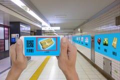 Concept van de Iot het slimme kleinhandels futuristische technologie, de slimme telefoon van het mensengebruik aan de code van de royalty-vrije stock afbeeldingen