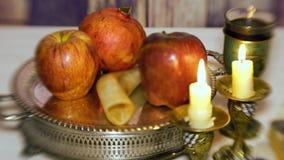 Concept van de Rosh hashanah het Joodse vakantie: honing, appel en granaatappel, met ruimte voor tekst Shofar en tallit Selectiev stock video