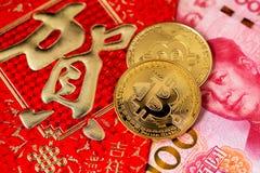 Concept van het Bitcoin het Chinese nieuwe jaar Chinese Rode de Enveloprmb Renminbi van Nieuwjaarcocept stock foto
