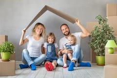 Concept van het de Daghuis van het familie het Nieuwe Huis Bewegende royalty-vrije stock fotografie