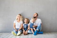 Concept van het de Daghuis van het familie het Nieuwe Huis Bewegende stock fotografie