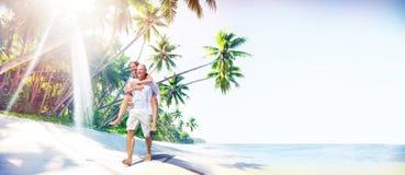 Concept van het de Liefdeeiland van het paar het Romaanse Strand Stock Foto