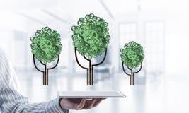 Concept van het Eco het groene die milieu door boom als het werk mecha wordt voorgesteld Royalty-vrije Stock Afbeeldingen
