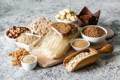 Concept van het gluten het vrije dieet - selectie van korrels en koolhydraten voor mensen met glutenonverdraagzaamheid stock afbeeldingen