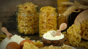 Concept van het het gebakje het heerlijke koolhydraat van macaronideegwaren stock video