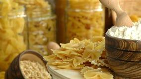 Concept van het het gebakje het heerlijke koolhydraat van macaronideegwaren stock videobeelden