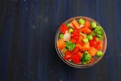 Concept van het veganist het Gezonde voedsel Kom met groenten Bevroren Kleurrijke Groenten Brocolli, Wortelen, Erwten, Peper Hoog Stock Afbeeldingen