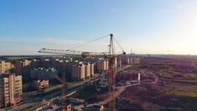 Concept 6 van onroerende goederen Bouwwerf van hierboven Stedelijk landschap in daglicht met een de bouwgebied stock videobeelden