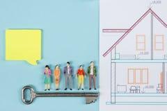 Concept 6 van onroerende goederen De bouwbouw De lege toespraak borrelt, mensenstuk speelgoed cijfers, document modelhuis, blauwd Stock Afbeelding