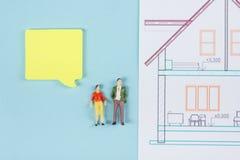 Concept 6 van onroerende goederen De bouwbouw De lege toespraak borrelt, mensenstuk speelgoed cijfers, document modelhuis, blauwd Stock Afbeeldingen