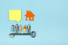 Concept 6 van onroerende goederen De bouwbouw De lege toespraak borrelt, mensenstuk speelgoed cijfers, document modelhuis, blauwd Royalty-vrije Stock Fotografie